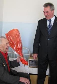 С 95-летием Почетного гражданина Рубцовска Никифора Николаевича Чаплыгина поздравил Глава Администрации города Владимир Ларионов