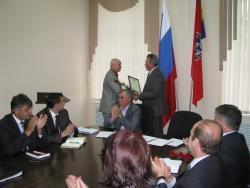 Владимир Ларионов вручил руководителям учреждений Рубцовска сертификаты социально ответственных работодателей